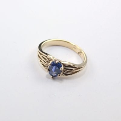 9ct Yellow Gold Ring featuring a 1.00ct Oval Cut Ceylon Sapphire. Reference Code: LJ-R136-B